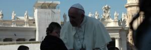 El Papa coge a un niño en brazos (A. Rivera)
