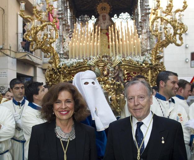 Manuela Carmena y la Virgen de la Paloma