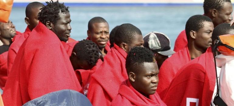 Los inmigrantes se hacinan en Tarifa tras el derrumbe del centro de Algeciras