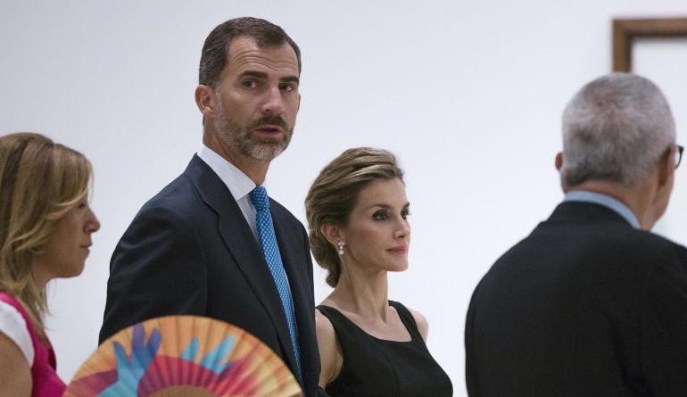 Felipe VI y Letizia inauguran entre antiguos coches de lujo el Foro España-EEUU